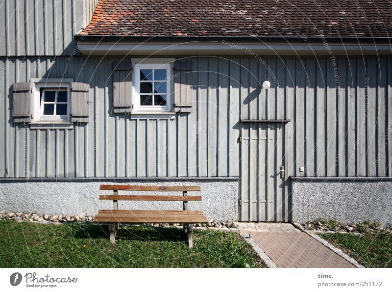 Präsentierteller | ChamanSülz Haus Erholung Wiese Fenster Holz Wege & Pfade Tür sitzen Fassade Pause Bank Dach gemütlich parallel vertikal Lamelle