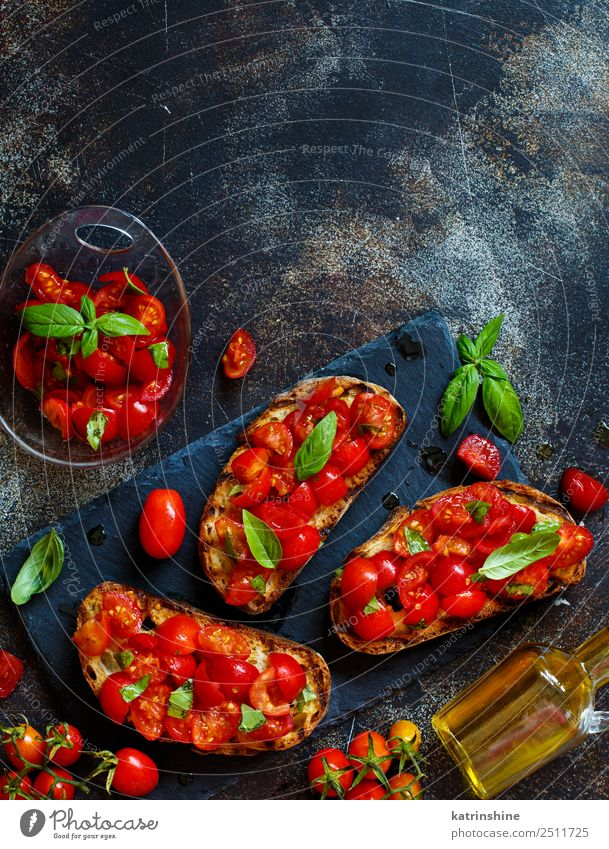 rot dunkel schwarz Textfreiraum Ernährung frisch lecker Gemüse Tradition Brot Diät Mahlzeit Vegetarische Ernährung Scheibe Tomate rustikal