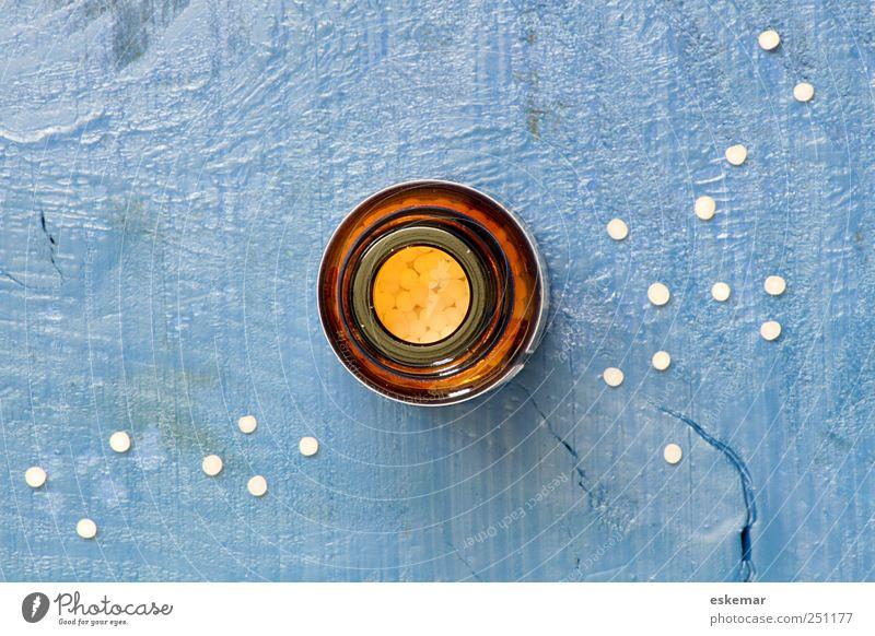 Globuli blau weiß Holz klein Gesundheit Glas Gesundheitswesen nah Medikament Tablette Perspektive Glasflasche Alternativmedizin