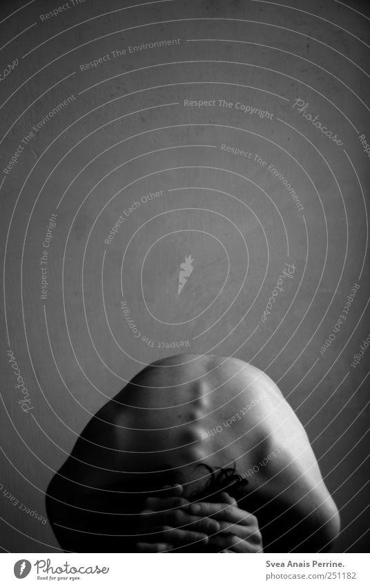 . maskulin Körper Haut Rücken Hand 1 Mensch Mauer Wand Fassade Denken festhalten außergewöhnlich dunkel dünn Krankheit Traurigkeit Sorge Trauer Tod Schmerz