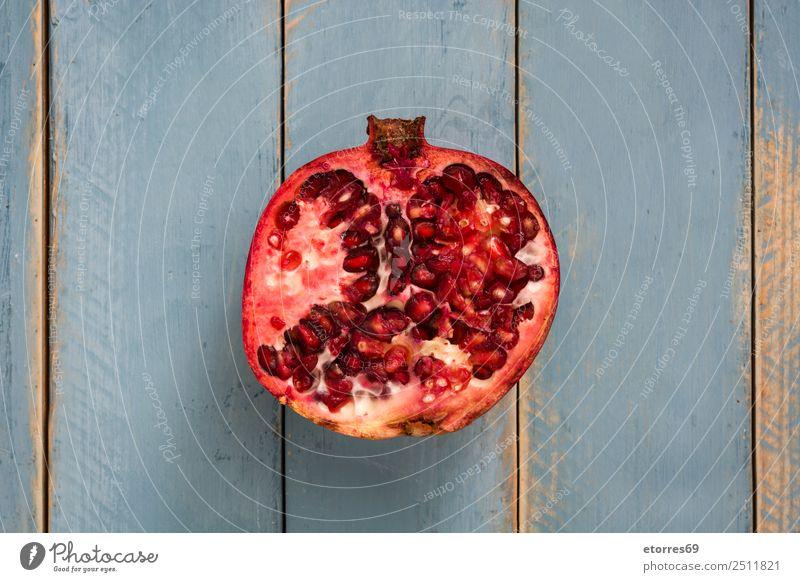 Gesunde Ernährung blau rot Foodfotografie Lebensmittel Holz Frucht frisch Vegetarische Ernährung Diät exotisch roh organisch Granatapfel