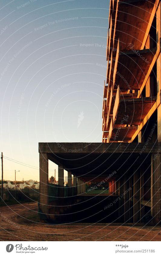 tunnelblick. Haus Gebäude Fassade Beton Tourismus kaputt Baustelle Vergänglichkeit Hotel Balkon Vergangenheit Verfall Tunnel Ruine Unbewohnt Portugal