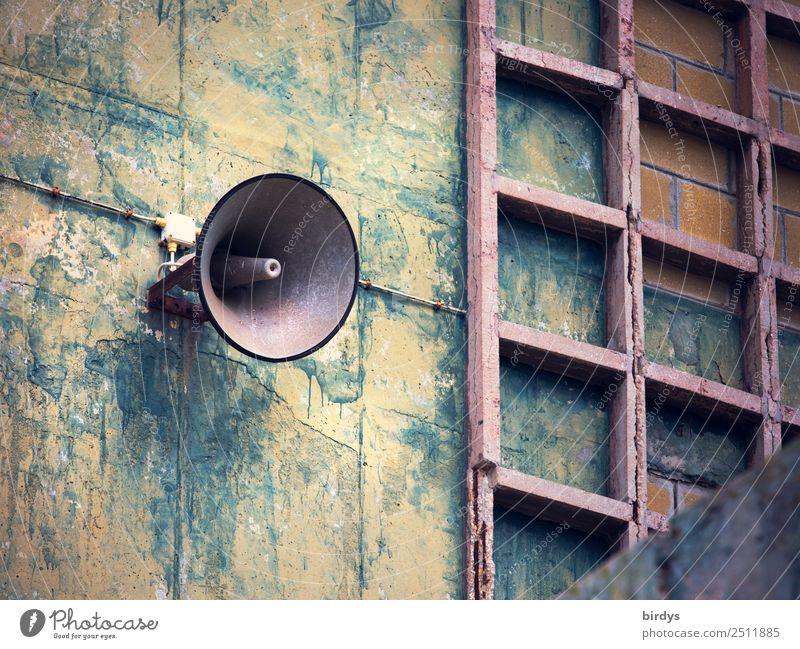 Ansage Industrie Fabrik Bauwerk Fassade Lautsprecher Kommunizieren schreien alt authentisch blau gelb grau Neugier Kontrolle Nostalgie protestieren Überwachung