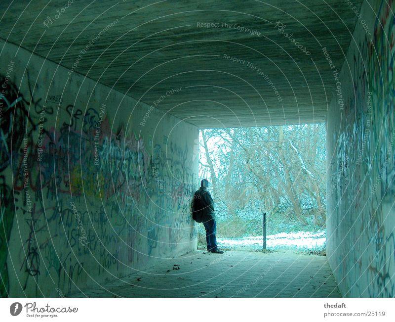 Bedenklich Fußgängerunterführung Einsamkeit Winter maskulin Tunnel zurückziehen Wandmalereien Graffiti Mann Unterführung Schnee Mensch