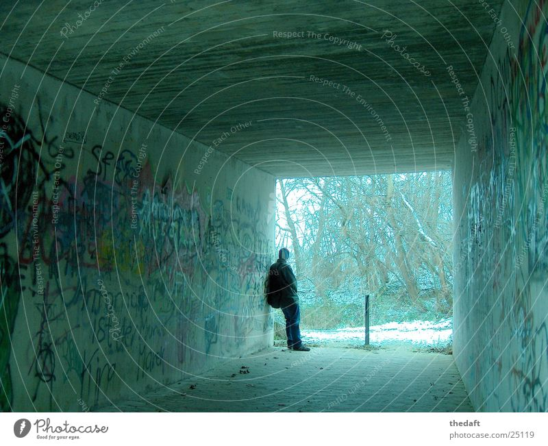 Bedenklich Mensch Mann Winter Einsamkeit Schnee Graffiti maskulin Tunnel Kunst Unterführung zurückziehen Wandmalereien Fußgängerunterführung