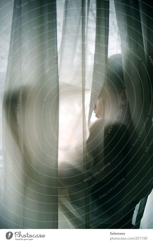Großstadtheimlichkeiten Häusliches Leben Wohnung Raum Mensch feminin Frau Erwachsene Kopf Arme 1 Balkon Fenster stehen träumen Farbfoto Innenaufnahme Tag Licht