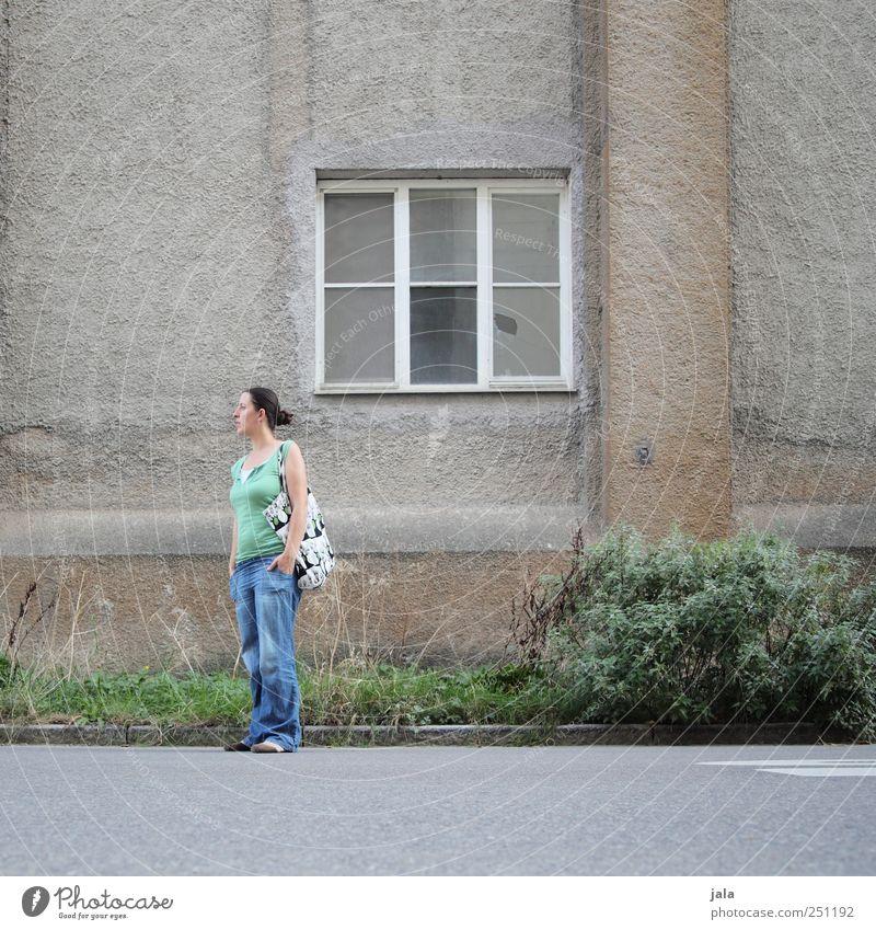 CHAMANSÜLZ | rumstehen Mensch Frau Erwachsene 1 30-45 Jahre Pflanze Gras Sträucher Grünpflanze Haus Bauwerk Gebäude Mauer Wand Fassade Fenster Straße trist