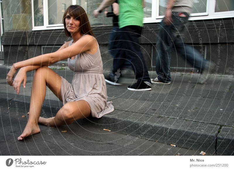 blick nach vorn Frau schön Haus ruhig Erwachsene feminin Erotik Wege & Pfade Gebäude Beine Zufriedenheit gehen Arme warten elegant sitzen