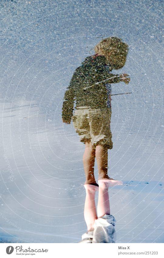 nasse Füße Mensch Kind Kleinkind Kindheit 1 1-3 Jahre 3-8 Jahre Pfütze Wasser Straße Wege & Pfade Schwimmen & Baden Farbfoto Außenaufnahme Textfreiraum links