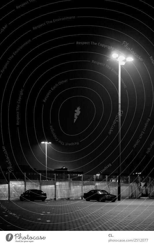 nachtplatz Verkehr Verkehrswege Straßenverkehr Autofahren Wege & Pfade Parkplatz Fahrzeug PKW Laterne Straßenbeleuchtung Laternenpfahl Zaun dunkel authentisch