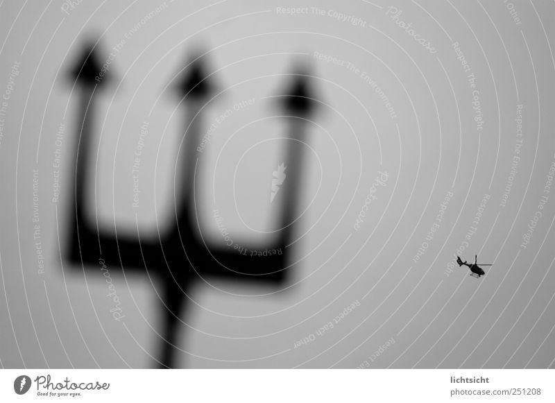Neptuns Fliegenklatsche Himmel Luftverkehr Hubschrauber Rettungshubschrauber Dreizack grau schwarz Surrealismus fliegen David und Goliath Spitze Fabelwesen