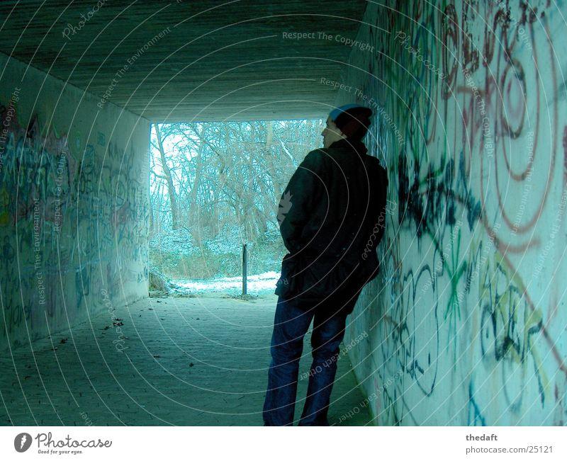 Gelassenheit Denken kalt Mann Unterführung Schnee Mensch Graffiti
