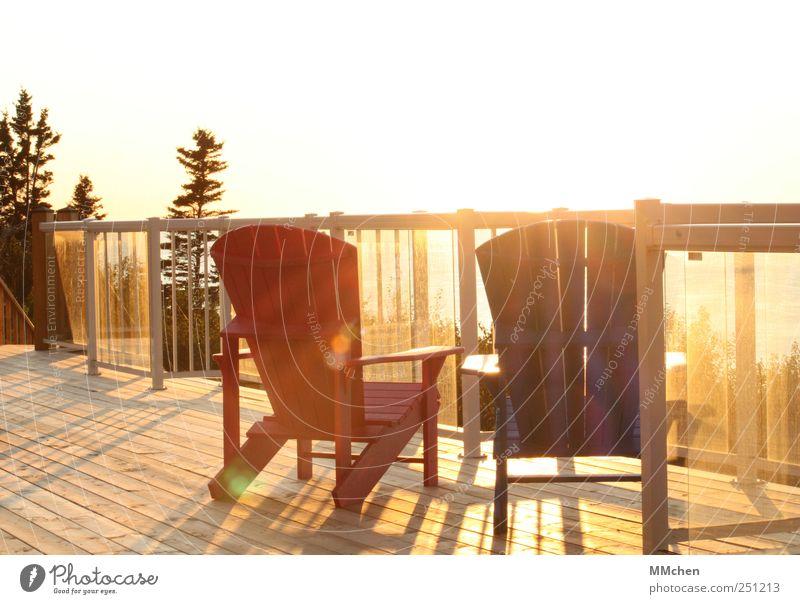 Ein Platz an der Sonne Sommer Sommerurlaub Wohnung Möbel Stuhl Terrasse Balkon Geländer Wolkenloser Himmel Baum Garten Erholung genießen leuchten warten blau