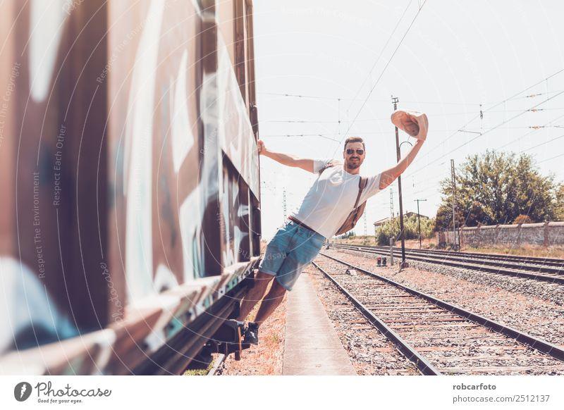 Mann, der im Zug fährt. Glück Ferien & Urlaub & Reisen Business Mensch Erwachsene Verkehr Straße PKW Eisenbahn alt Bewegung modern weiß gefährlich Feiertag