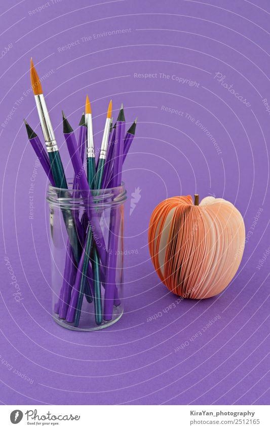 Glasbecher mit Stiften und Pinseln auf violettem Hintergrund Apfel Stil Design Freizeit & Hobby Schule Studium Wirtschaft Werkzeug Kunst Herbst Papier