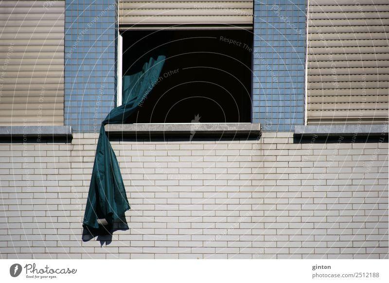 Gardine weht aus dem Fenster Dekoration & Verzierung Wohnzimmer Stadt Stadtzentrum Haus Gebäude Architektur Fassade Backstein alt eckig trendy einzigartig