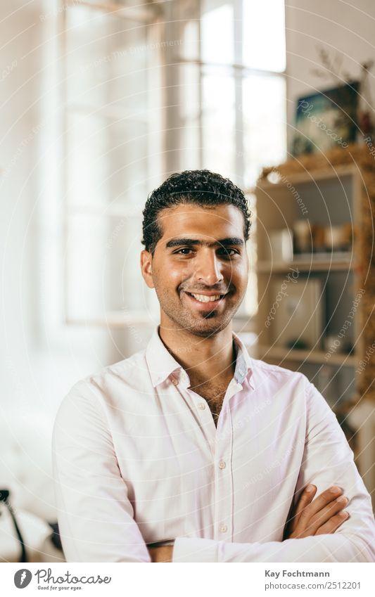 Glücklicher und selbstbewusster syrischer Mann Lifestyle elegant Stil Freude Leben harmonisch Wohlgefühl Zufriedenheit Häusliches Leben Wohnung Wohnzimmer