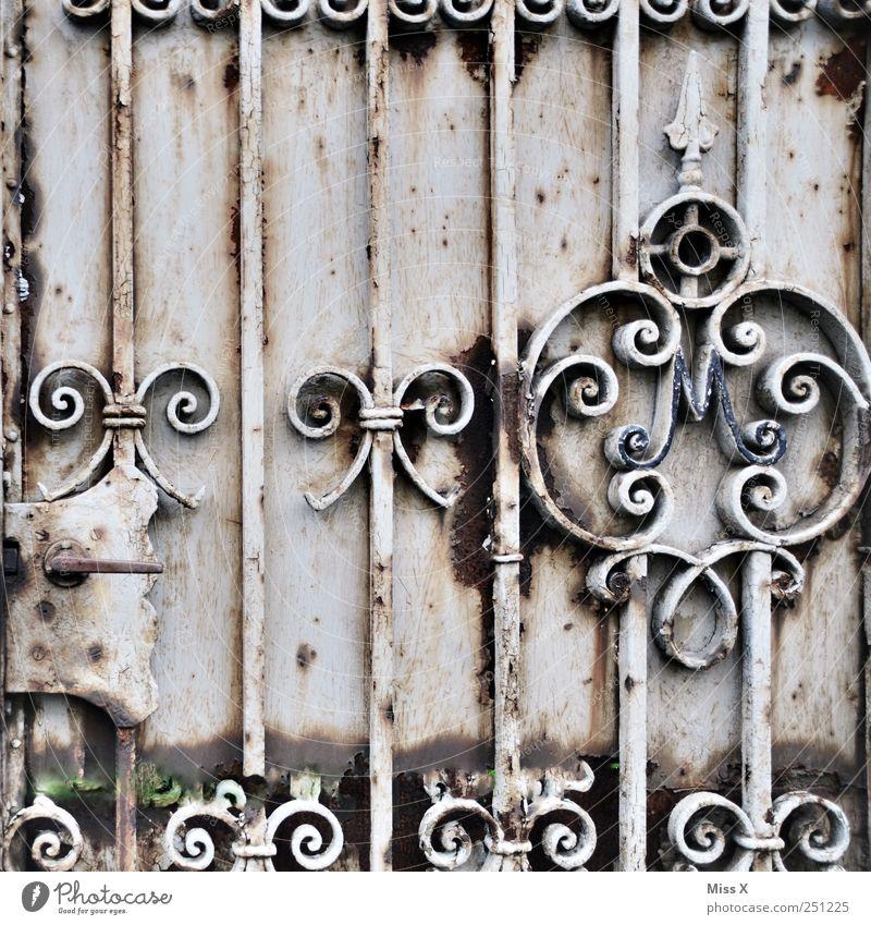 Schleifchen und Schnörkel Tür alt Rost Schleife Schmiedeeisen Eisen Metall Tor Türschloss Griff Farbfoto mehrfarbig Nahaufnahme Muster Strukturen & Formen