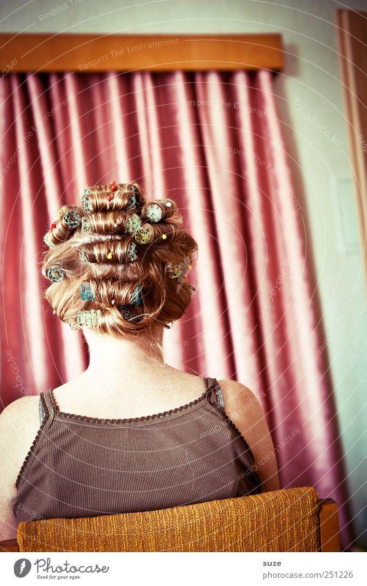 Haardware Mensch Frau schön Erwachsene Haare & Frisuren Kopf lustig rosa Rücken Behaarung Streifen Show retro Stoff Stuhl Maske