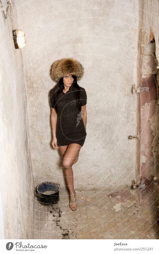 #251241 Stil schön Renovieren Umzug (Wohnungswechsel) Keller Nachtleben clubbing Frau Erwachsene Leben Mensch Mauer Wand Mode Kleid Hut brünett langhaarig