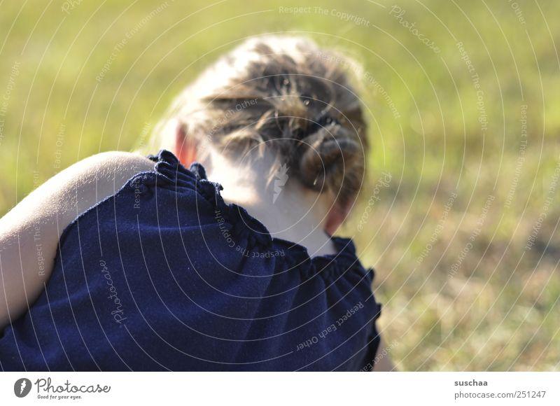 den sommer im nacken Mädchen Kindheit Jugendliche Haut Kopf Haare & Frisuren Rücken 1 Mensch Umwelt Natur Sommer Gras Wiese Feld natürlich Klima Nacken T-Shirt