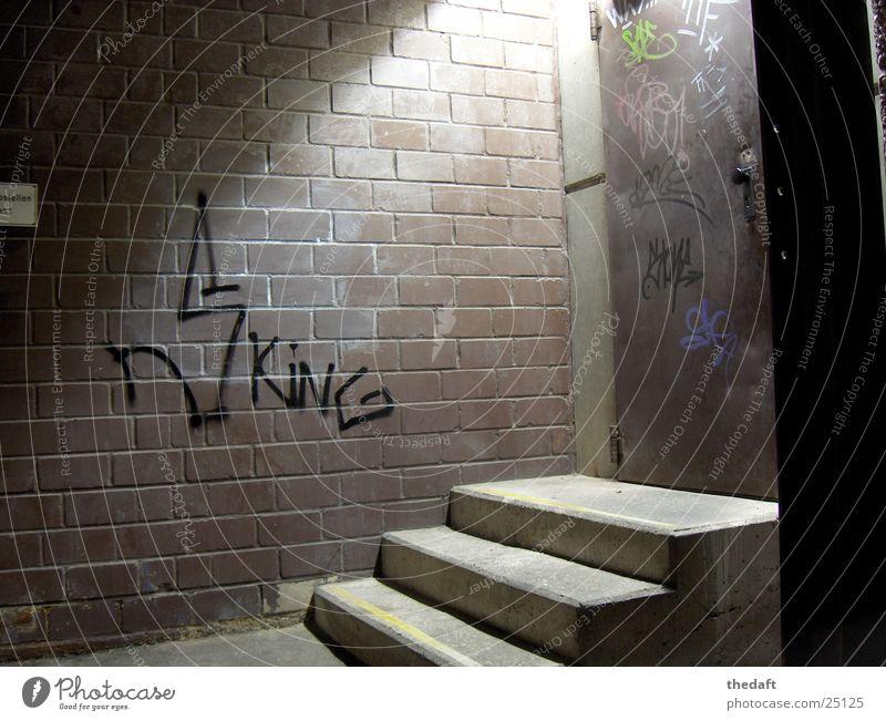 Ausgang Licht Bonn Parkhaus aufsteigen Nacht Bahnhof Graffiti Wandmalereien Tür Schatten Treppe grafitti