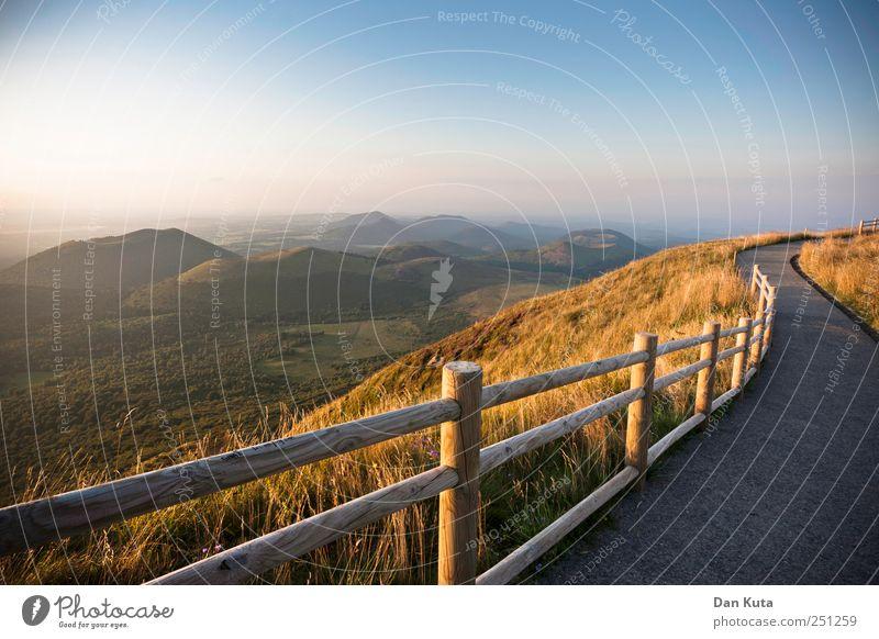 In Traumhaft. blau schön Sommer Berge u. Gebirge Landschaft Wege & Pfade Horizont gold Unendlichkeit Zaun Aussicht Schönes Wetter Tal Vulkan Spazierweg Wolkenloser Himmel