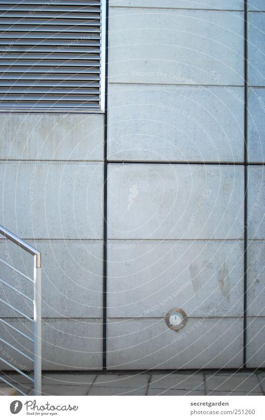 linientreu. Architektur Mauer Wand Treppe Treppengeländer Lüftungsklappe Streifen eckig grau Linie Betonwand Bodenbelag Pflastersteine trist aufwärts graphisch