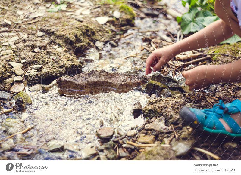 Abenteuer Spielplatz Natur Kind Mensch Ferien & Urlaub & Reisen Sommer Wasser Hand Berge u. Gebirge Junge Spielen Ausflug Freizeit & Hobby wandern Kindheit Arme