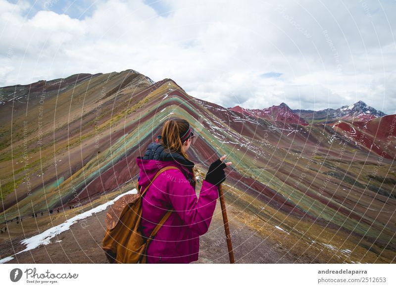 Frau auf dem Gipfel des Regenbogenberges, Peru. Lifestyle sportlich Ferien & Urlaub & Reisen Tourismus Ausflug Abenteuer Ferne Freiheit Sightseeing Expedition