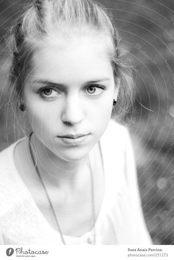 . feminin Junge Frau Jugendliche Haare & Frisuren Gesicht 1 Mensch 18-30 Jahre Erwachsene Schönes Wetter Wiese blond Dutt schön Zufriedenheit Schwarzweißfoto