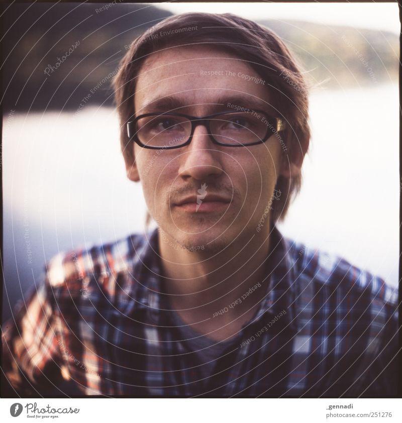 Beobachtet Mensch Mann Jugendliche schön ruhig Gesicht Erwachsene maskulin leer Brille analog Hemd Bart Lächeln Seeufer