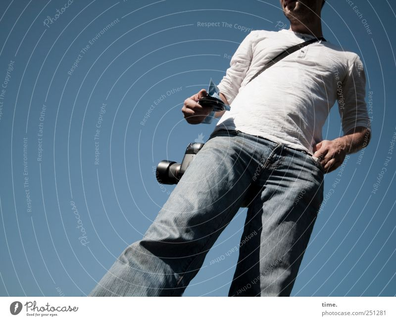 Der Ausputzer | ChamanSülz Fotokamera maskulin Mann Erwachsene Brust 1 Mensch Himmel Schönes Wetter T-Shirt Jeanshose stehen warten groß kalt dünn blau geduldig