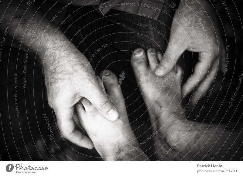 CHAMANSÜLZ   Heilende Hände Mensch Mann Erwachsene Hand Finger Fuß 2 Schwarzweißfoto Kind Kinderfuß festhalten Barfuß untersuchen dreckig Männerhand