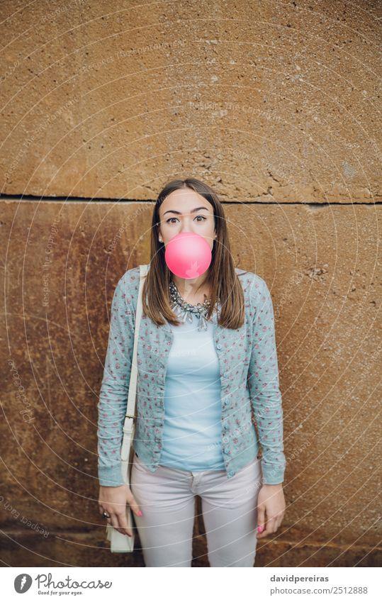 Frau Mensch Jugendliche schön Farbe Freude Gesicht Erwachsene Lifestyle lustig Glück Mode Stein rosa Mund niedlich