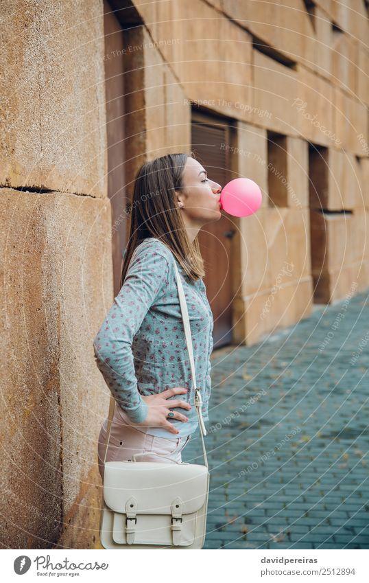 Junges Teenagermädchen, das rosa Kaugummi bläst. Lifestyle Freude Glück schön Gesicht Mensch Frau Erwachsene Jugendliche Mund Lippen Mode brünett Luftballon