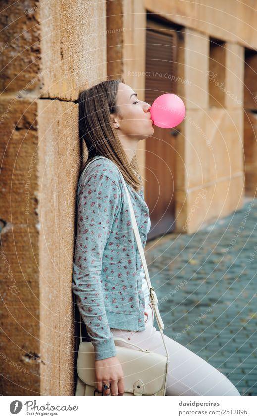 Junges Teenagermädchen, das rosa Kaugummi bläst. Lifestyle Freude Glück schön Gesicht ruhig Mensch Frau Erwachsene Jugendliche Mund Lippen Mode brünett