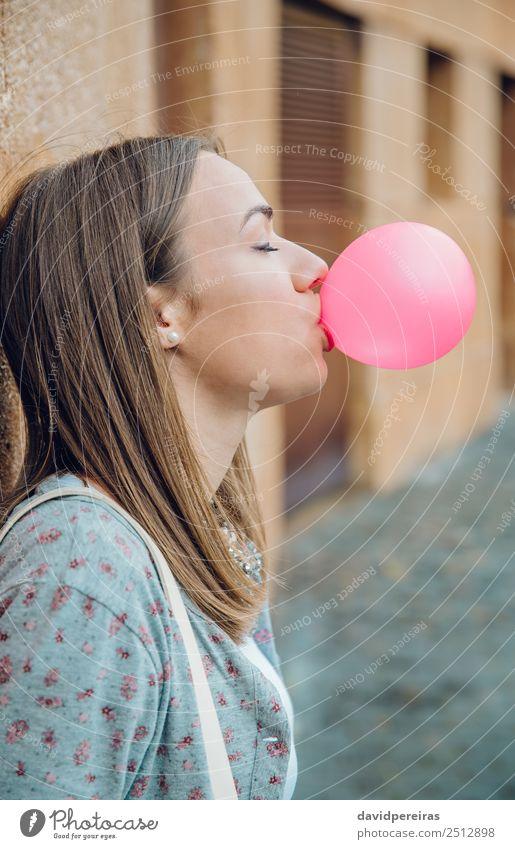 Junges Teenagermädchen, das rosa Kaugummi bläst. Lifestyle Freude Glück schön Gesicht ruhig Mensch Frau Erwachsene Jugendliche Mund Lippen brünett Luftballon