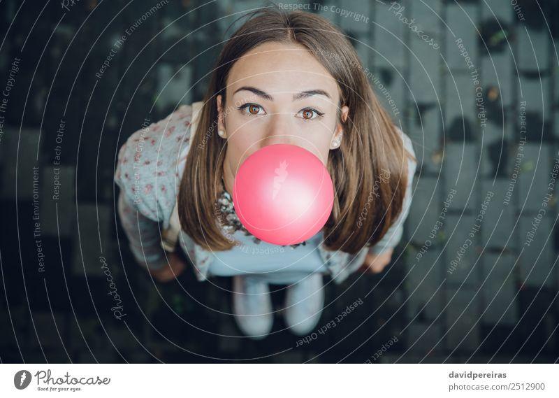 Draufsicht eines jungen Teenagers, der Kaugummi bläst Lifestyle Freude Glück schön Gesicht Mensch Frau Erwachsene Jugendliche Mund Lippen Mode brünett