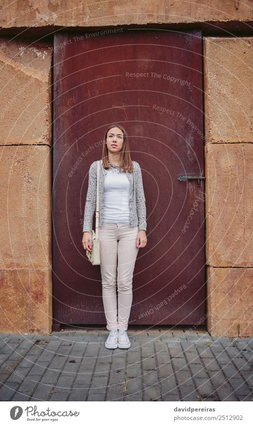 Modeporträt der jungen trendigen Frau im Freien Lifestyle elegant Stil schön Mensch Erwachsene Herbst Straße Bekleidung Jeanshose Jacke brünett Stein stehen