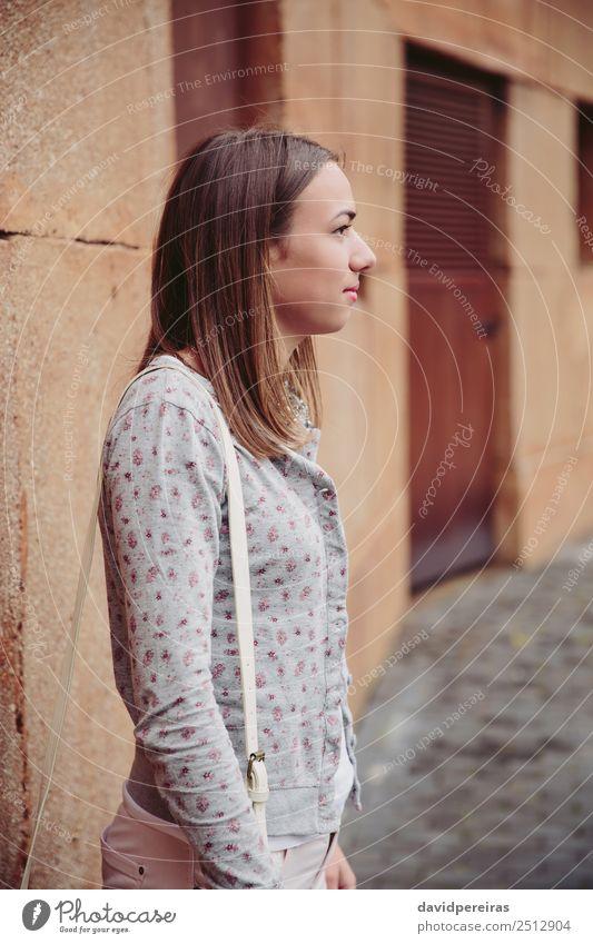 Modeporträt der jungen trendigen Frau im Freien Lifestyle elegant Stil schön Mensch Erwachsene Straße Bekleidung Jeanshose Jacke brünett Stein stehen
