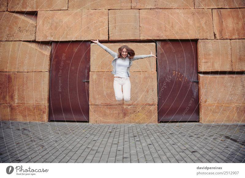 Frau Mensch schön weiß Freude Straße Erwachsene Lifestyle Leben Glück Freiheit Mode Stein Freizeit & Hobby springen frei