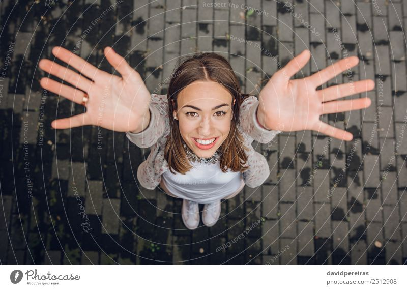 Fröhliche junge Frau hebt ihre Hände im Freien. Lifestyle Freude Glück schön Freizeit & Hobby Freiheit Erfolg Mensch Erwachsene Arme Hand Straße Mode Bekleidung
