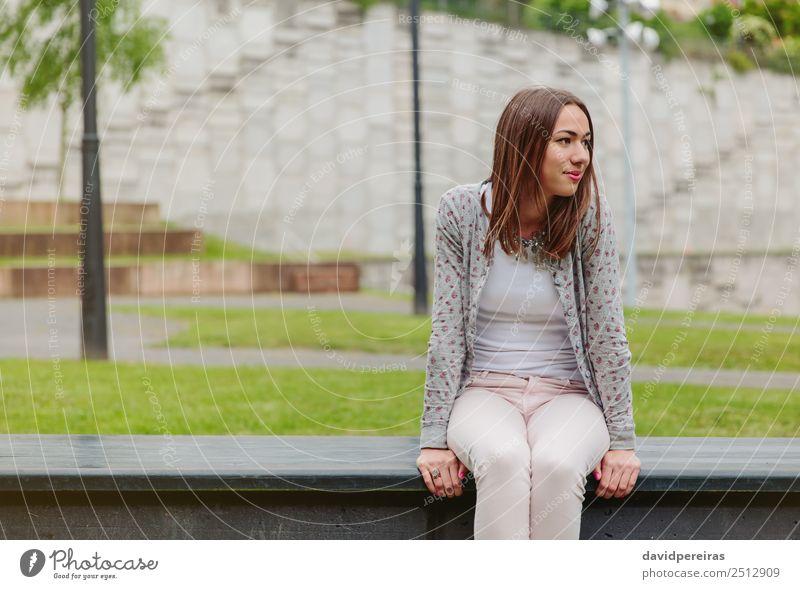 Schöne junge Frau auf der Parkbank sitzend Lifestyle Stil Glück schön Freizeit & Hobby Mensch Erwachsene Natur Herbst Gras Mode Bekleidung Jeanshose Jacke