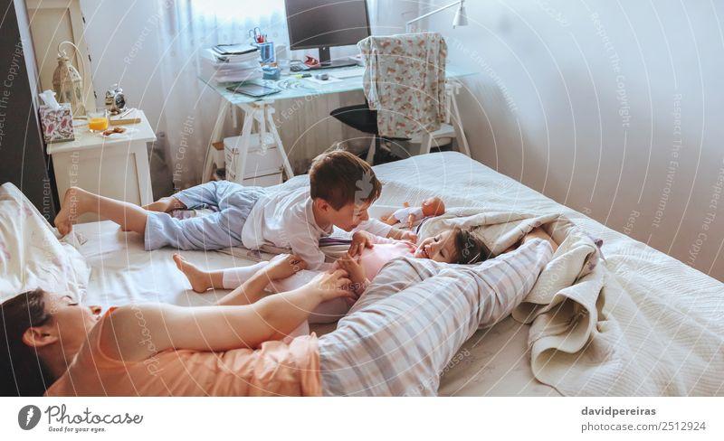 Frau Kind schön Erholung Freude Erwachsene Lifestyle Liebe Familie & Verwandtschaft lachen Glück Junge Spielen Zusammensein Freizeit & Hobby sitzen