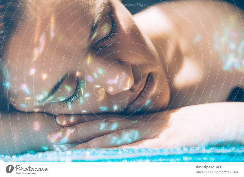 Frau Gesicht über Hände mit Glitzern in der Haut Reichtum elegant Stil schön Schminke Mensch Erwachsene Hand Finger Kunst Mode Metall glänzend authentisch