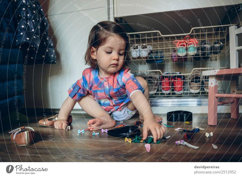 Baby Mädchen spielt mit Haarspangen, die auf dem Boden sitzen. Lifestyle Freude schön Spielen Haus Kind Mensch Frau Erwachsene Kindheit Hand Mode Bekleidung