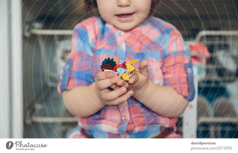 Babymädchen spielt mit Haarspangen in den Händen Lifestyle Freude Glück schön Spielen Haus Kind Mensch Frau Erwachsene Kindheit Hand Blume Mode Bekleidung