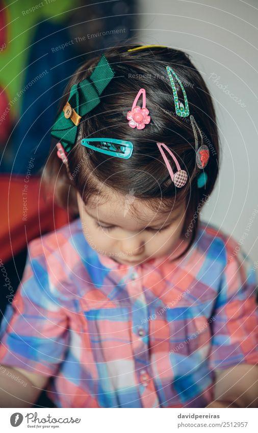 Baby Mädchenkopf mit vielen Haarspangen Lifestyle Freude Glück schön Haare & Frisuren Spielen Haus Kind Mensch Kleinkind Frau Erwachsene Kindheit Hand Blume