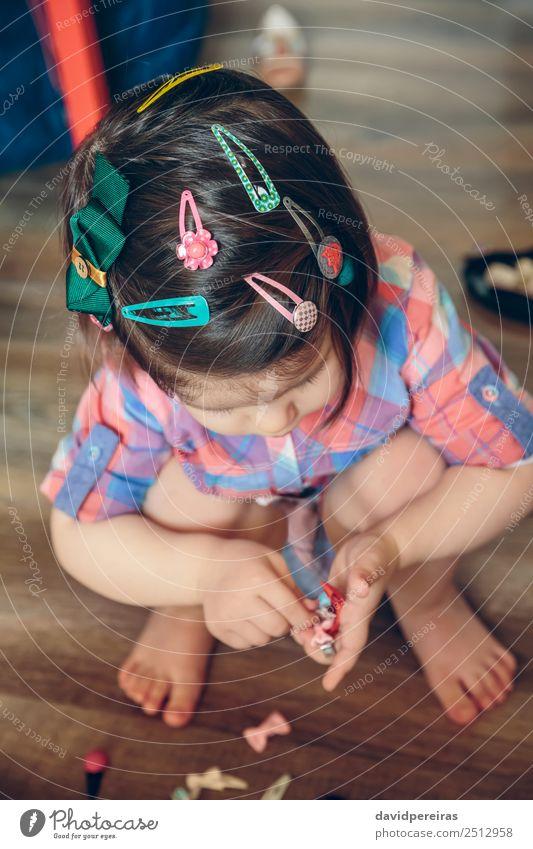 Baby Mädchenkopf mit vielen Haarspangen Lifestyle Freude Glück schön Spielen Haus Kind Mensch Kleinkind Frau Erwachsene Kindheit Hand Blume Mode Bekleidung